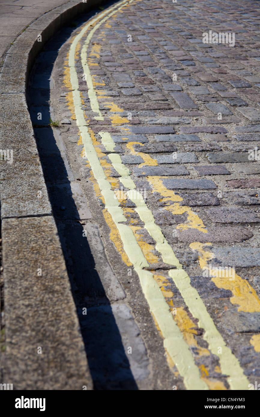 Le marquage routier, anciens et nouveaux doubles lignes jaunes, UK Photo Stock