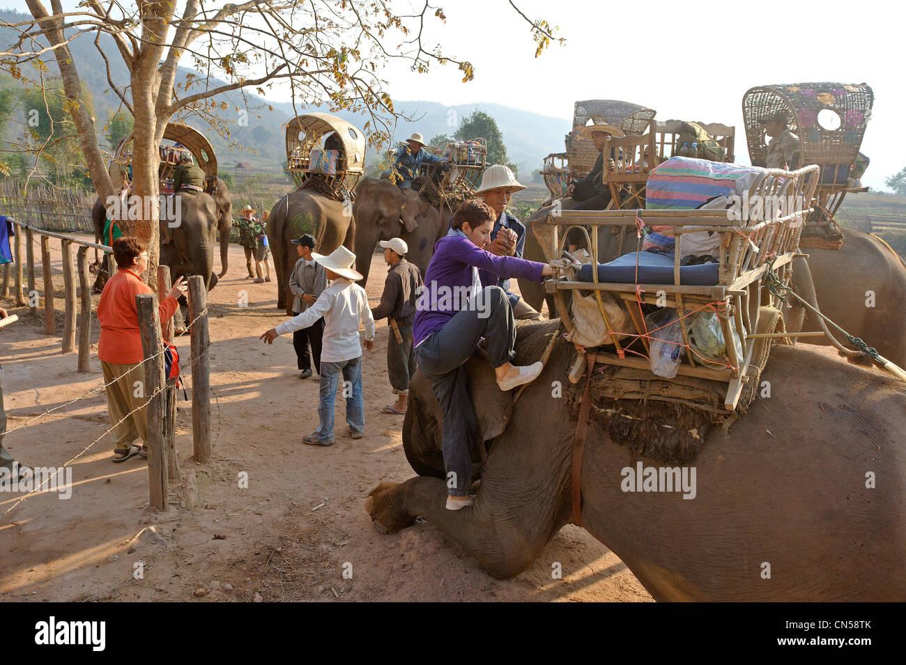 Laos, Sainyabuli Province, Ban Nam Thap, commencer par trek elephant Photo Stock