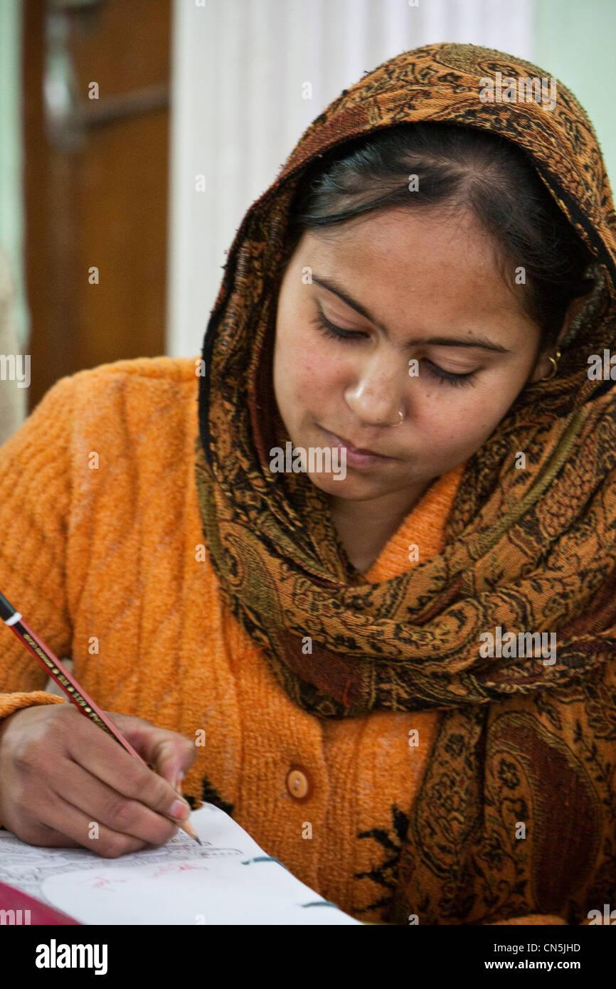 belle couleur Nouvelles Arrivées vraiment à l'aise Dehradun, Inde. Femme musulmane indienne avec anneau nasal ...