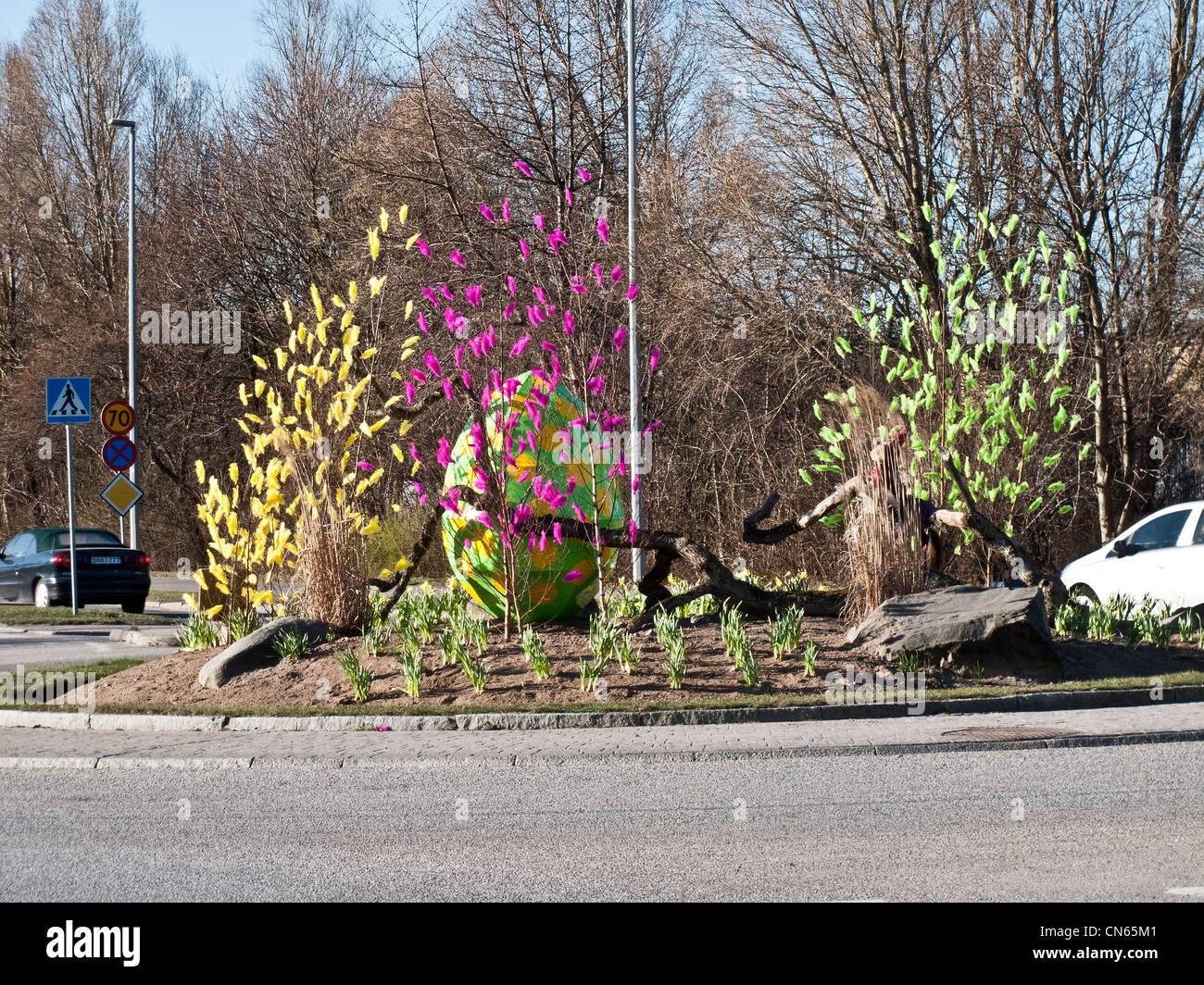 Les plumes de pâques décoration lors d'un rond-point en Suède Photo Stock