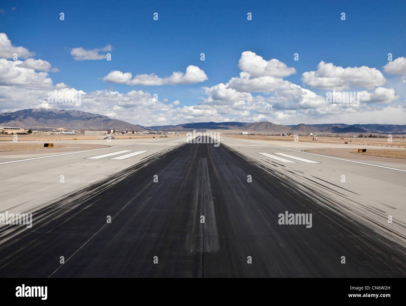 Des marques de dérapage sur une longue piste de l'aéroport désert nord-américain. Photo Stock