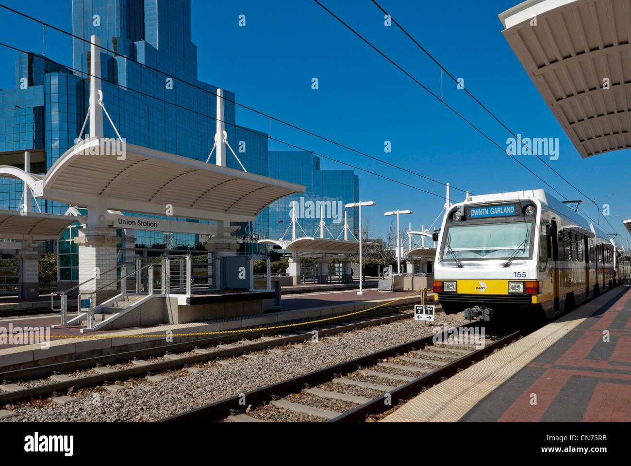 Train à la plate-forme à la gare Union, Dallas, Texas, USA - les blocs de bureau derrière Photo Stock