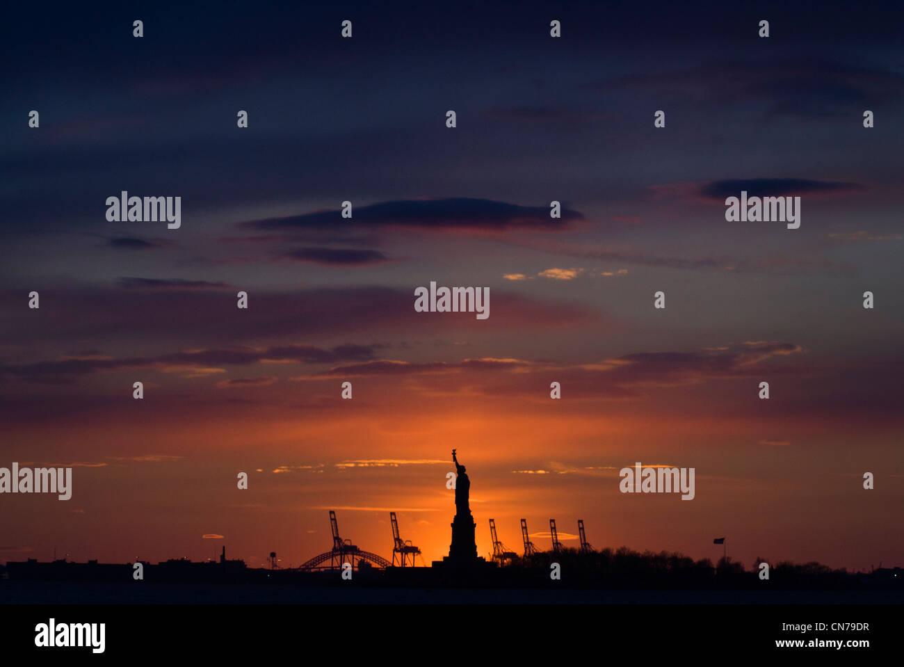 Statue de la liberté vu au crépuscule de Battery Park à New York, NY, USA, 2 janvier 2010. (Adrien Photo Stock