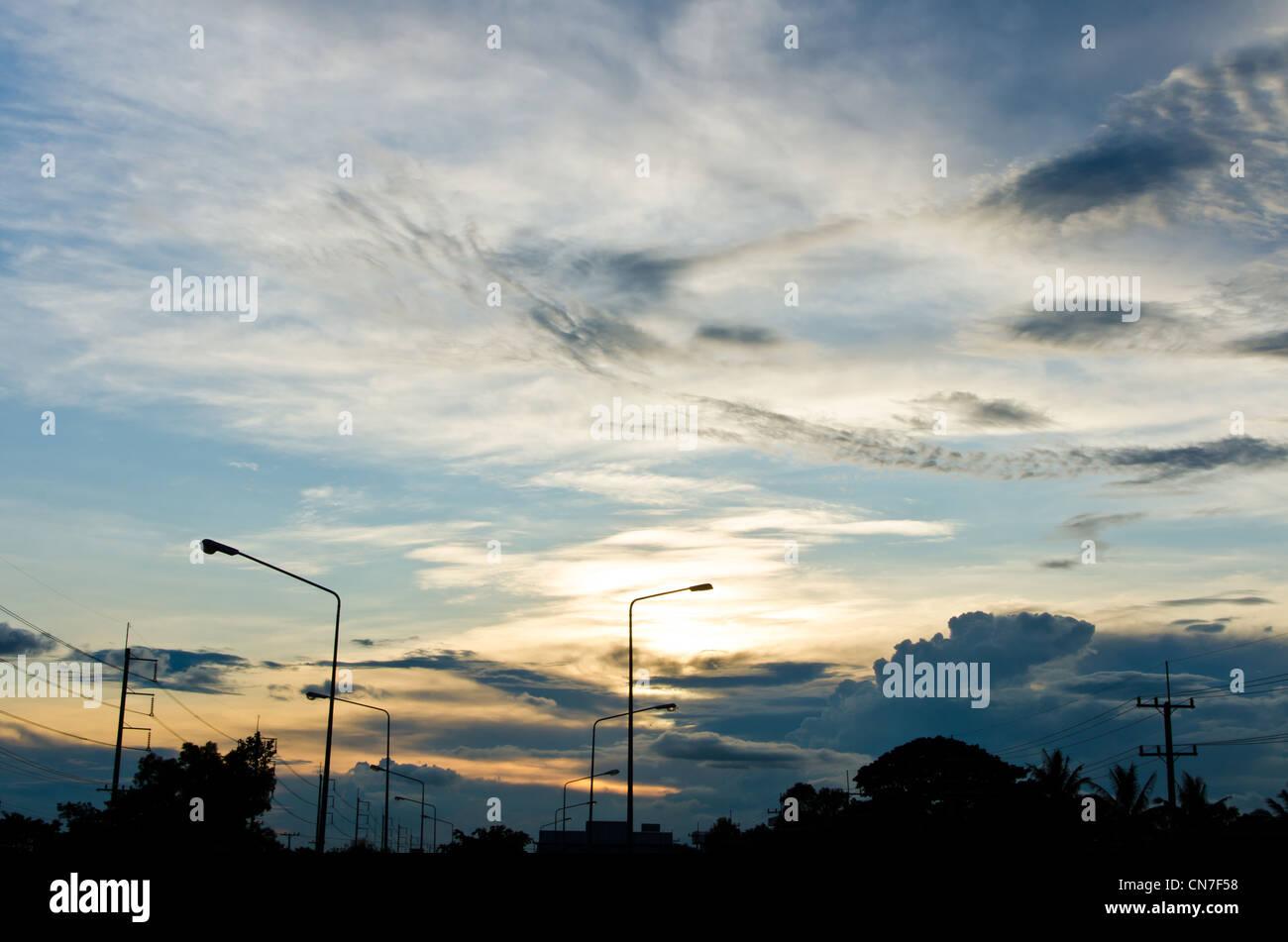 Poteaux d'éclairage en soirée sur la rue Photo Stock