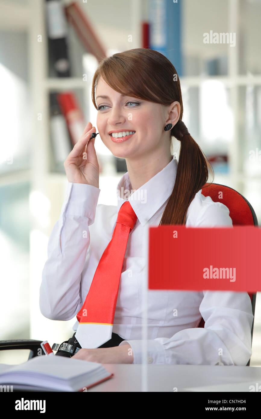 Femme En Cravate belle jeune femme en chemise blanche et cravate rouge avec casque de