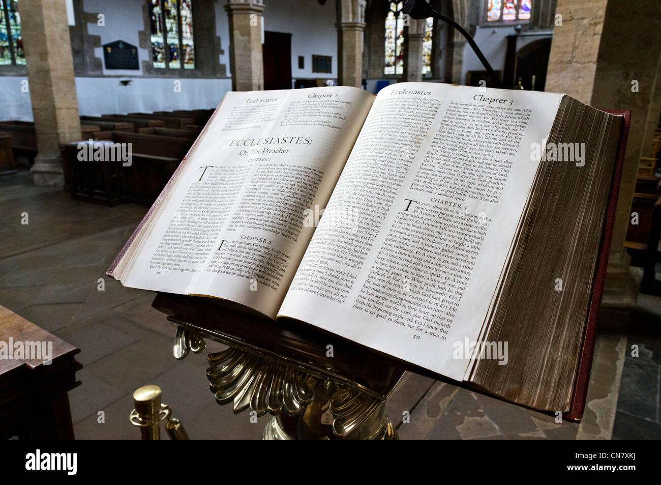 Sainte bible ouverte sur le livre de l'Ecclésiaste, l'église de la Sainte Trinité, Stratford Photo Stock