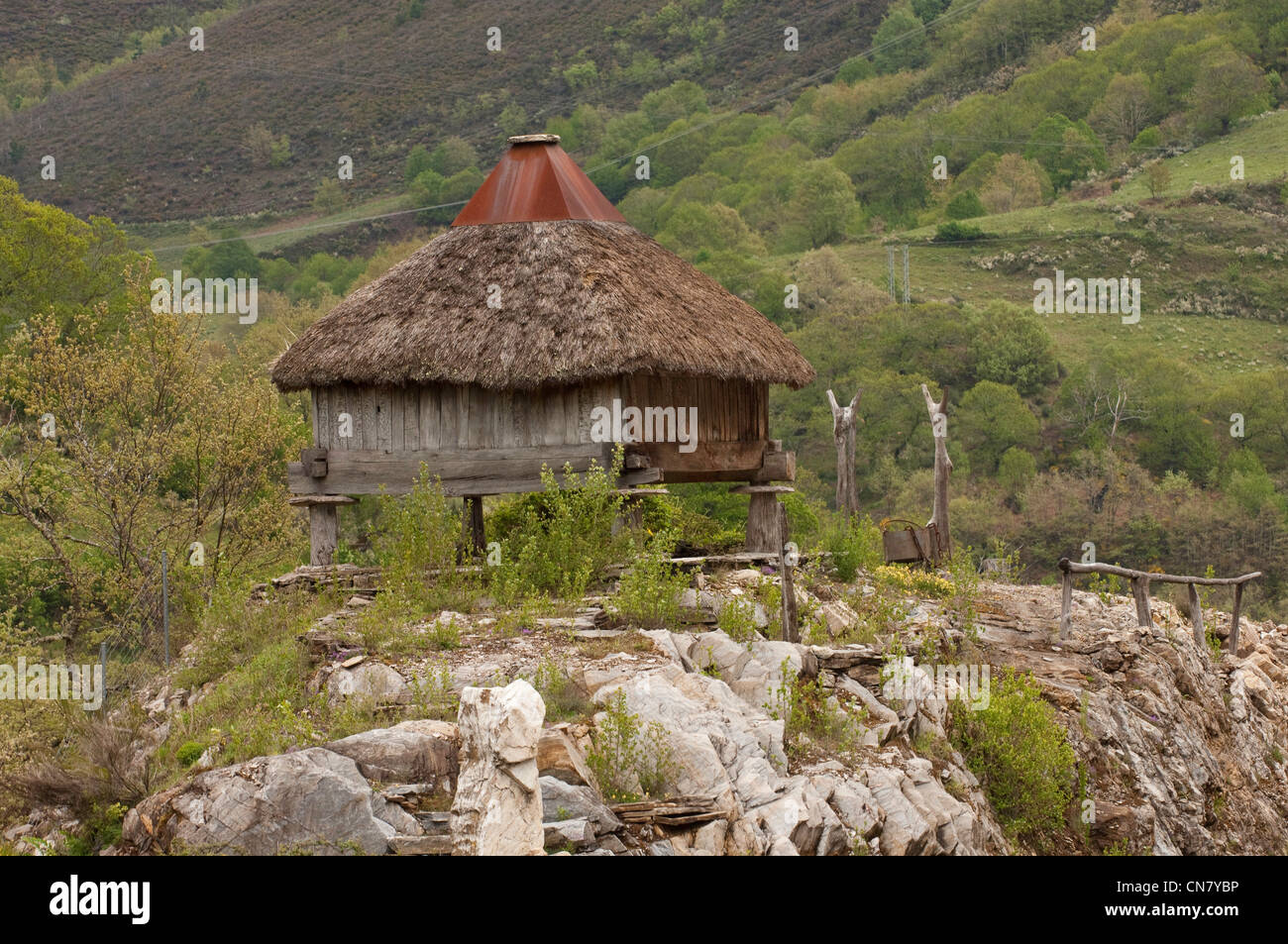 L'Espagne, la Galice, O Cebreiro, village de chaume traditionnels toits des maisons, ou des pallozas Photo Stock