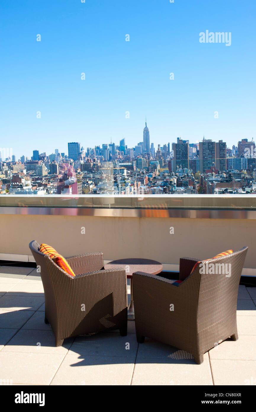 Usa New York City Ny Nyc Deux Chaises Seul Sur Toit Terrasse Vue Sur