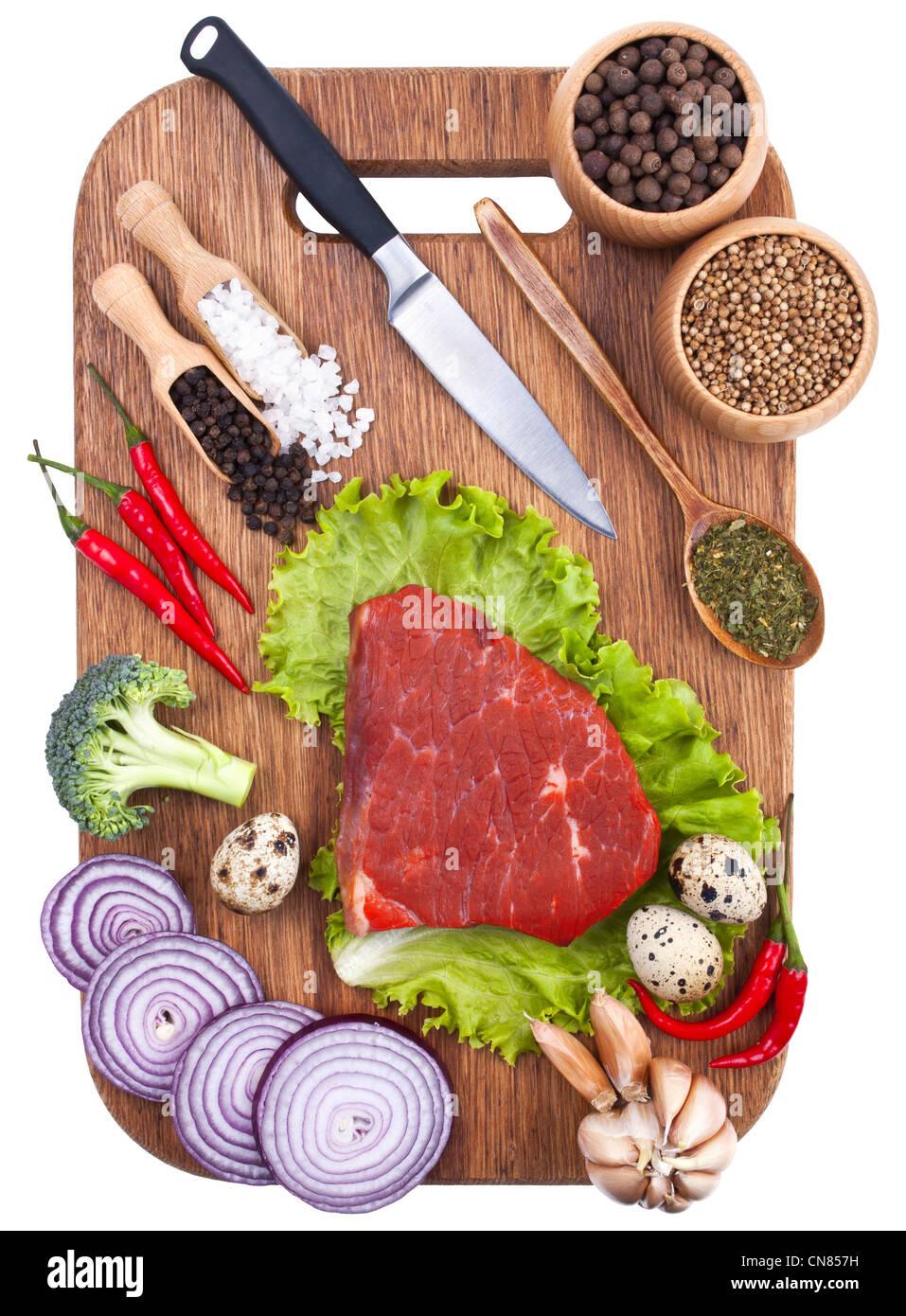 Contexte culinaire avec des légumes frais on cutting board Photo Stock