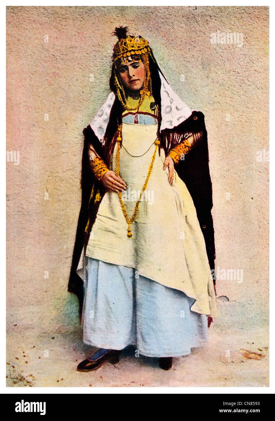 D'abord publié 1917 Costume Danseuse femme algérienne des cafés l'Algérie Photo Stock