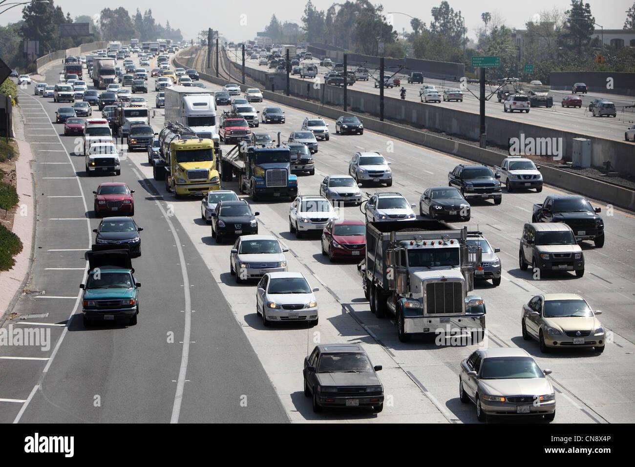 PASADENA, CA, USA - Le 10 avril 2012 - La circulation des poids lourds en direction ouest sur l'autoroute 210 à Banque D'Images