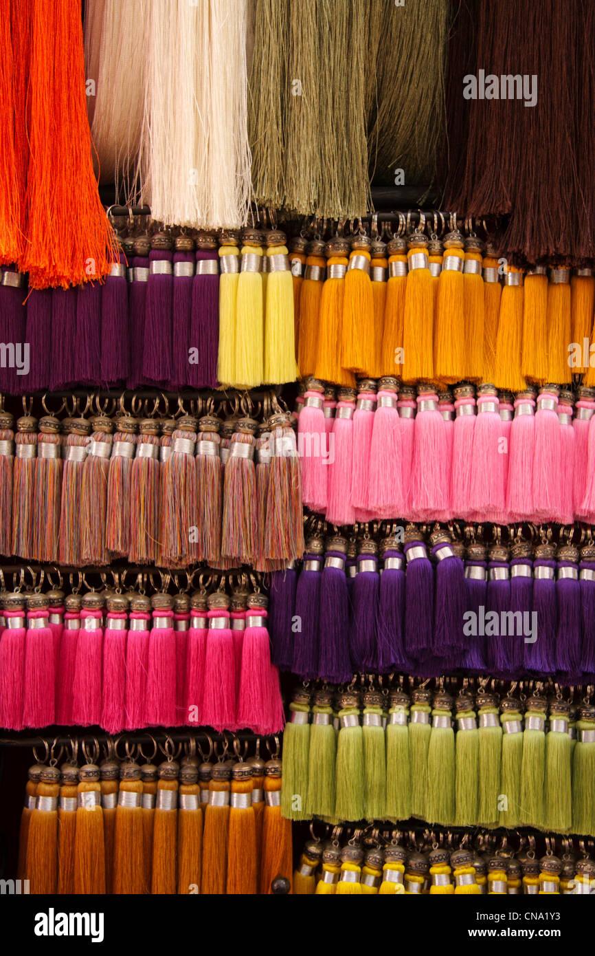 Des fils de soie glands accrocher en vente dans une mercerie, le souk de 5603da6dd27