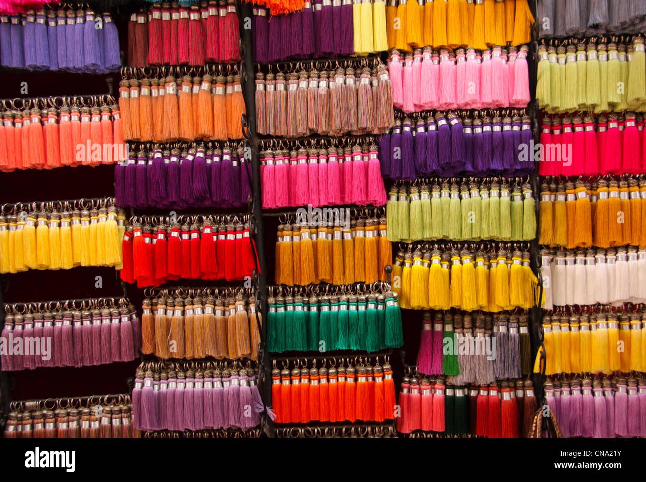 La soie colorée glands accrocher en vente dans une mercerie, le souk de  Marrakech, 987106d4e12