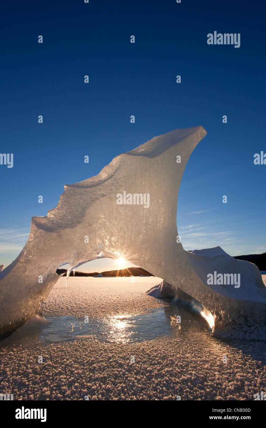 Voir d'icebergs dans le lac gelé formations Mendenhall avec sun peeking through, la Forêt Nationale Photo Stock