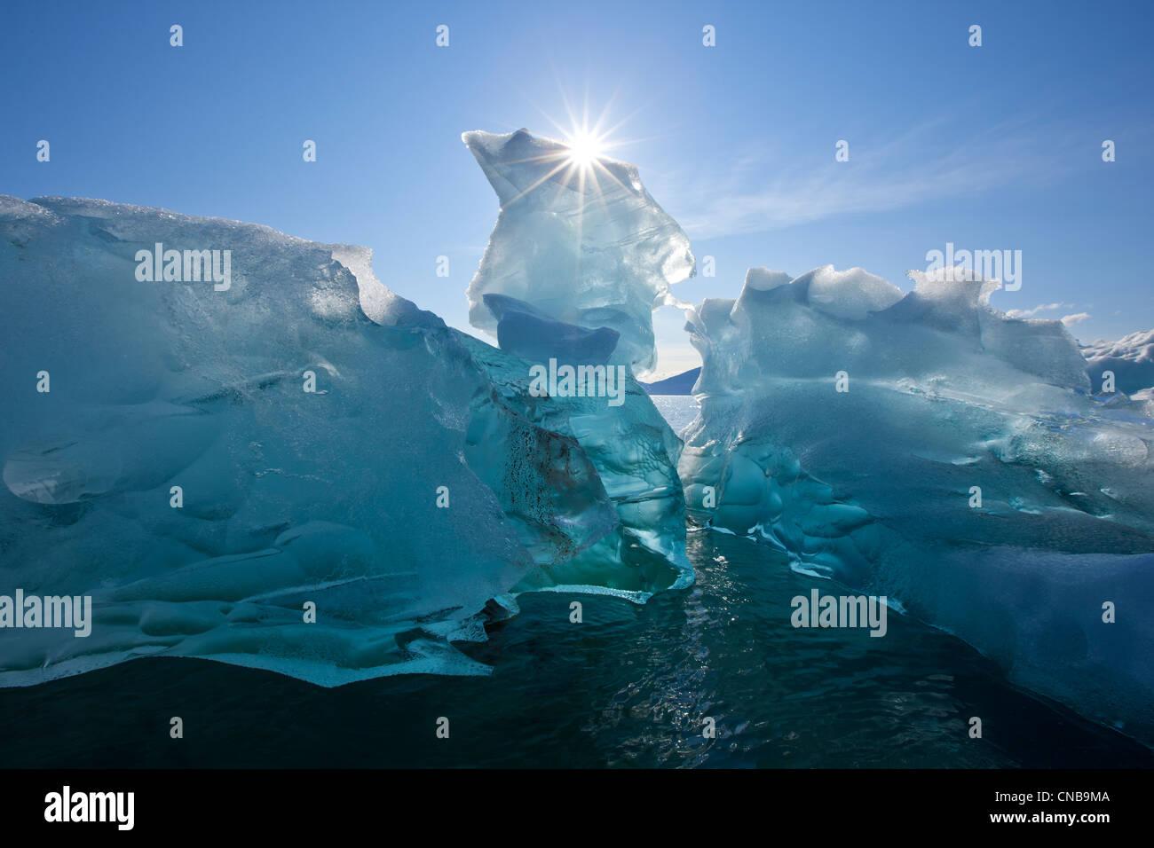 Un iceberg flottant sur les eaux calmes de Holkham Bay à l'entrée de Tracy Arm, le sud-est de l'Alaska, Photo Stock