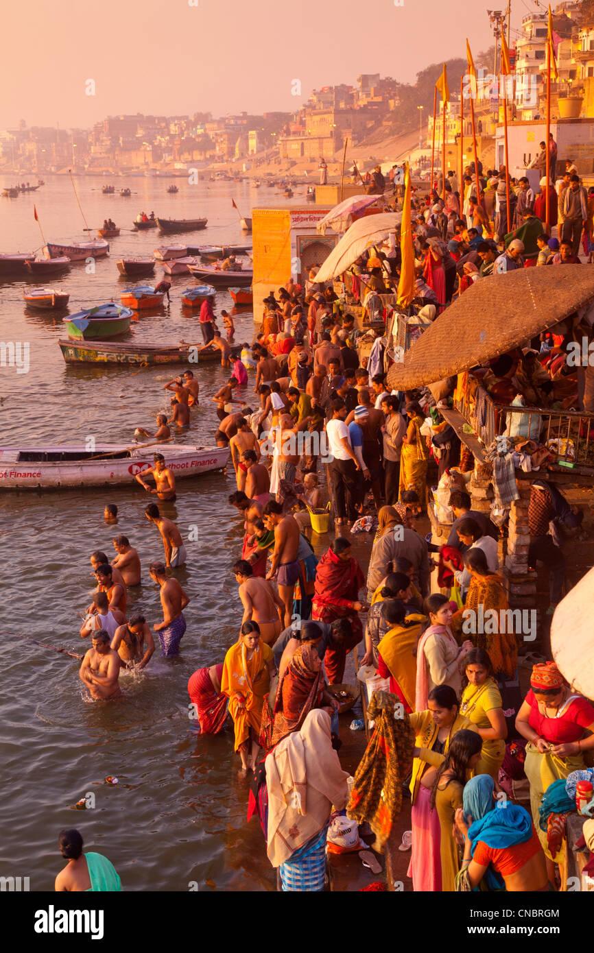 L'Inde, Uttar Pradesh, Varanasi, pèlerins echelle et prier dans le Gange Photo Stock