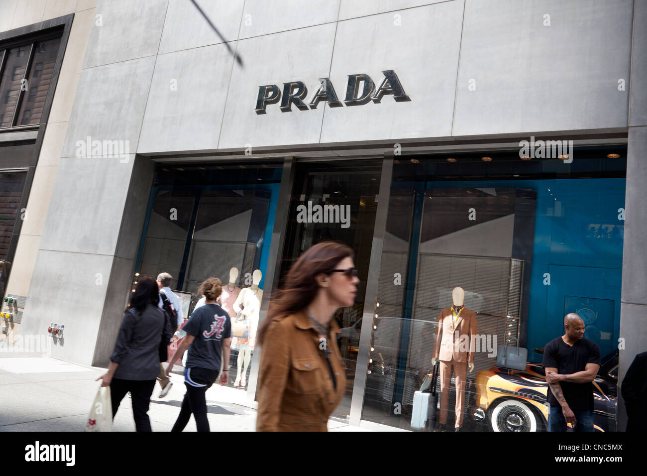Magasin Prada sur la Cinquième Avenue à Manhattan, New York City Photo Stock 126b58f772a