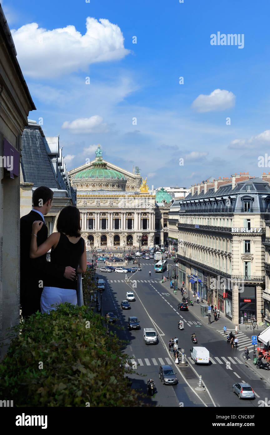 France, Paris, avenue de l'opéra, les amoureux sur le balcon de leur suite à l'hôtel Edouard 7 avec l'Opéra Garnier (construit en 1875) Banque D'Images