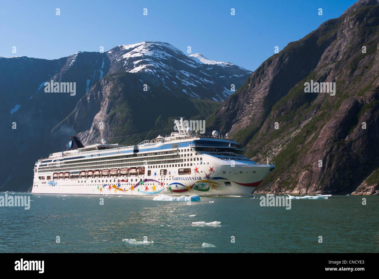 Voir l'étoile norvégienne en navire de croisière avec Tracy Arm ice bergs en premier plan, passage Photo Stock