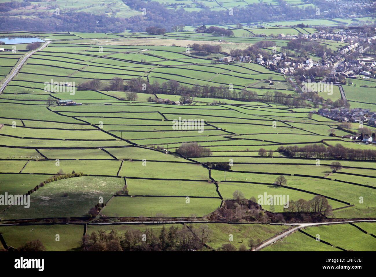 Vue aérienne du paysage rural français avec des champs délimités par des murs en pierre sèche Photo Stock