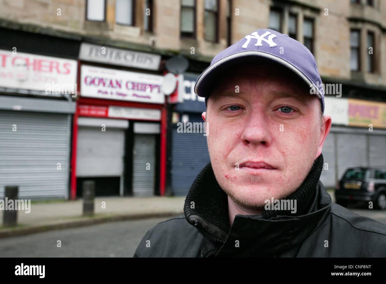 Jeune homme au chômage dans la rue Shaw, Govan, Glasgow, Ecosse Photo Stock