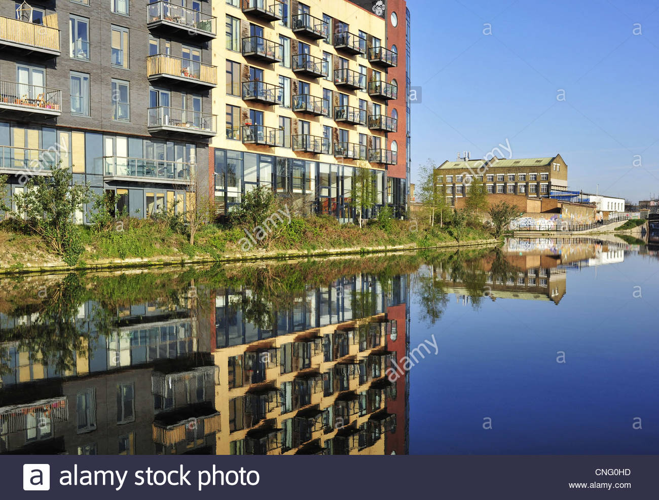 ''Travaille'' Omega reflétant le développement résidentiel dans la rivière Lea, Photo Stock