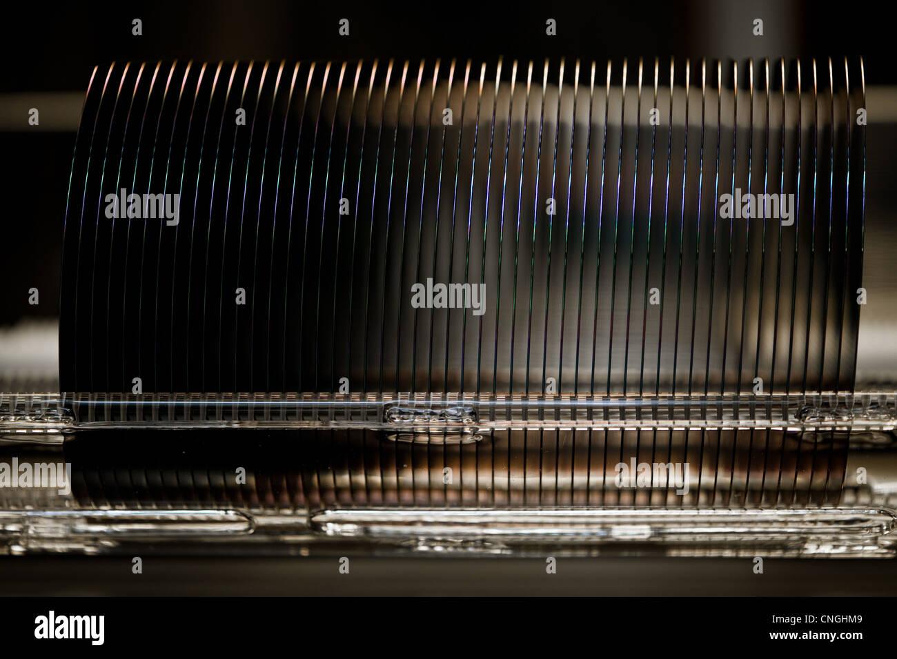 Avec le bac sur une chaîne de production de wafer Photo Stock