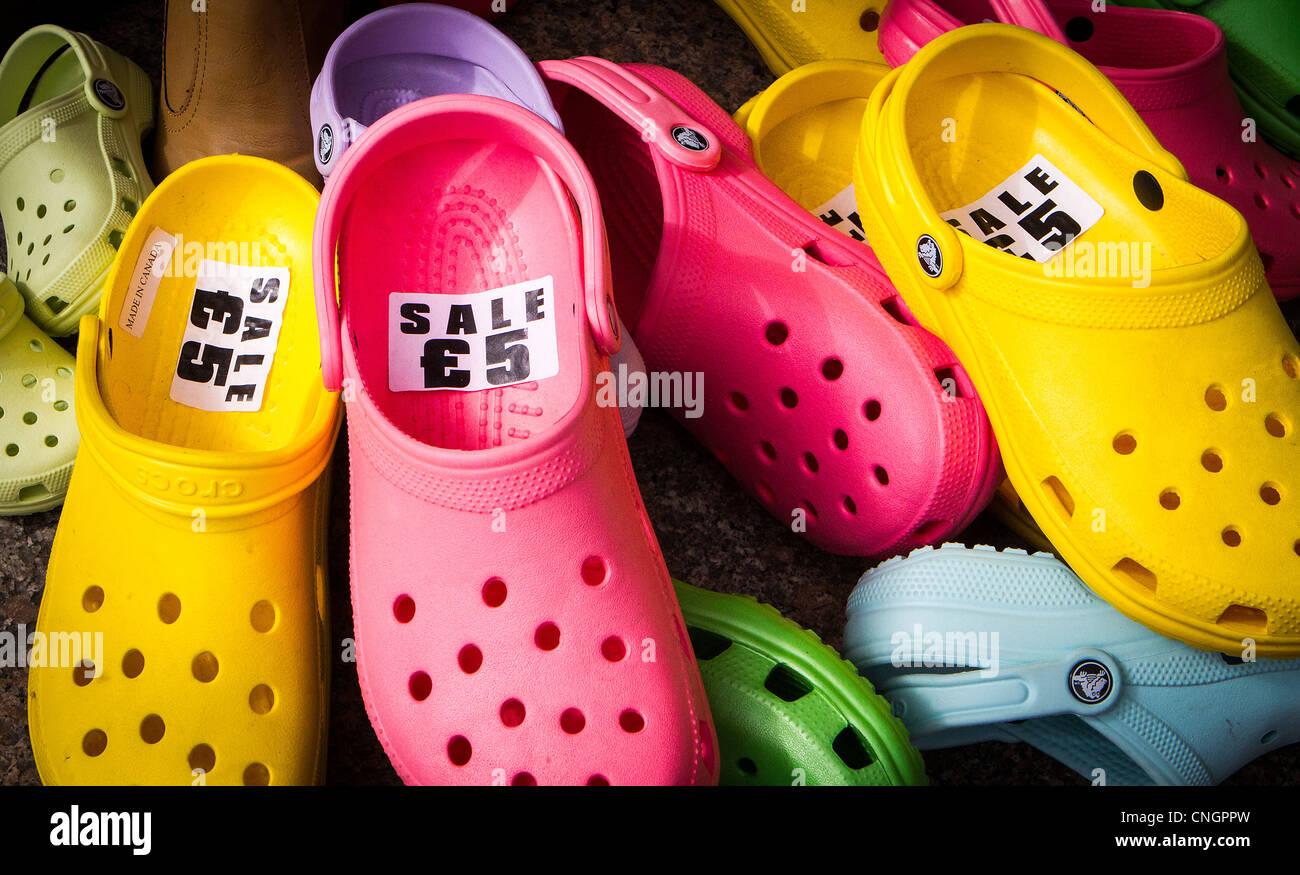 a03bf2ec4db Une collection de  couleur  Crocs pour vente à l extérieur un magasin de