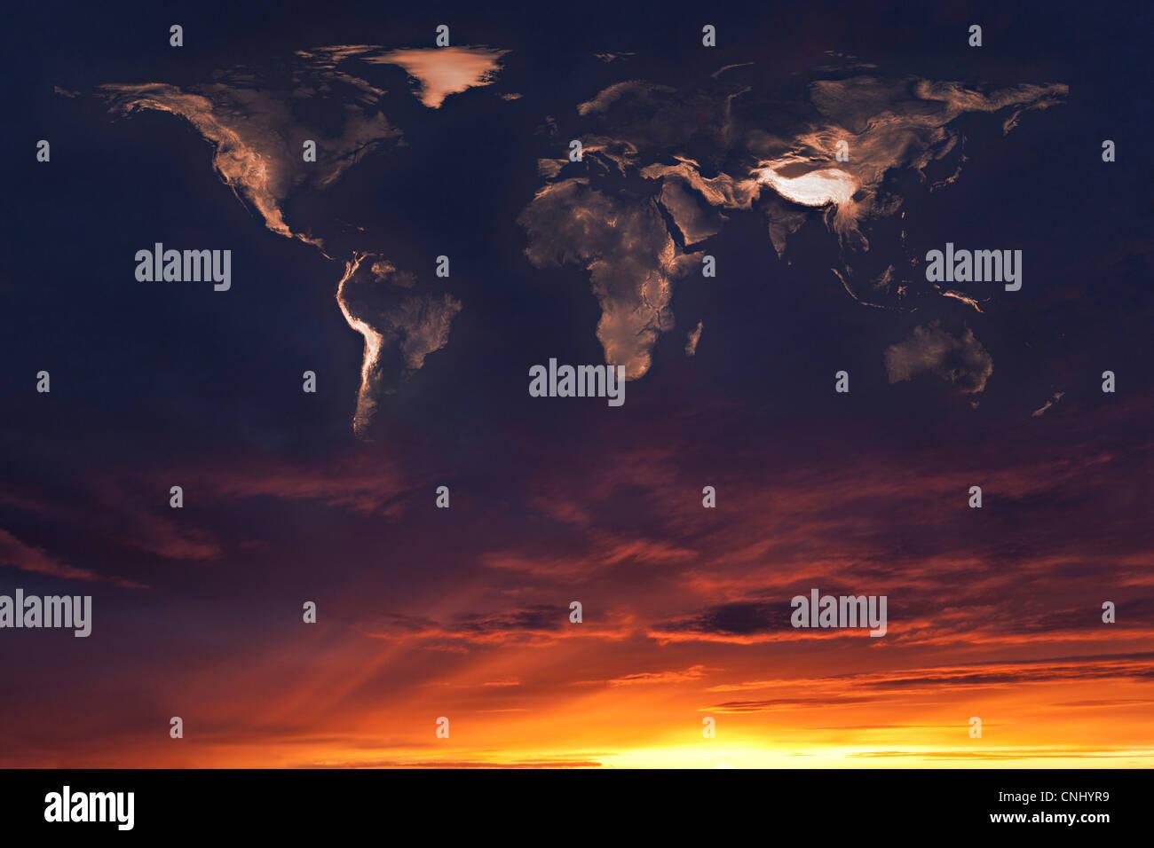 Carte du monde dans les nuages au coucher du soleil Photo Stock