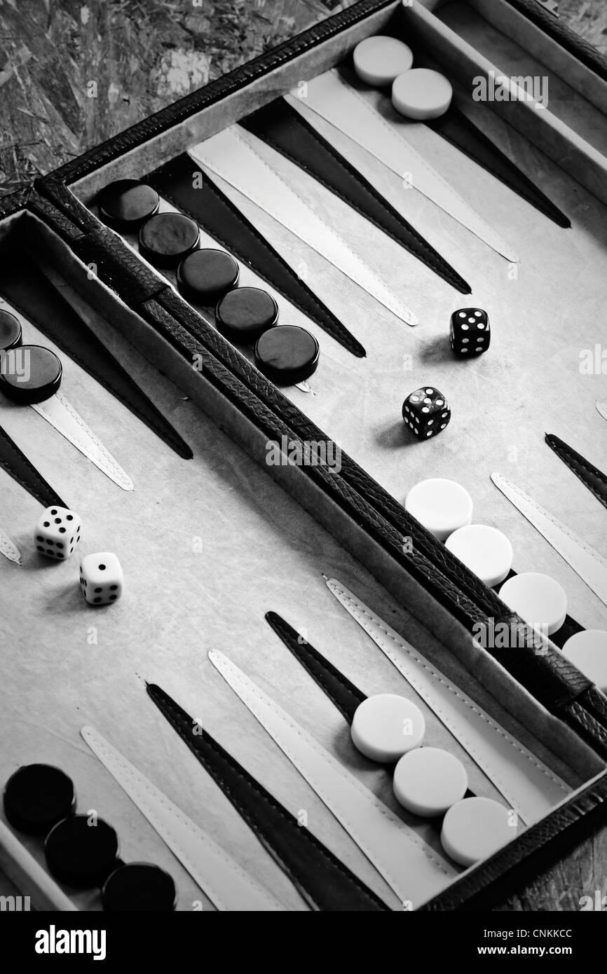 Jeu de backgammon avec des pièces du jeu et dés Photo Stock