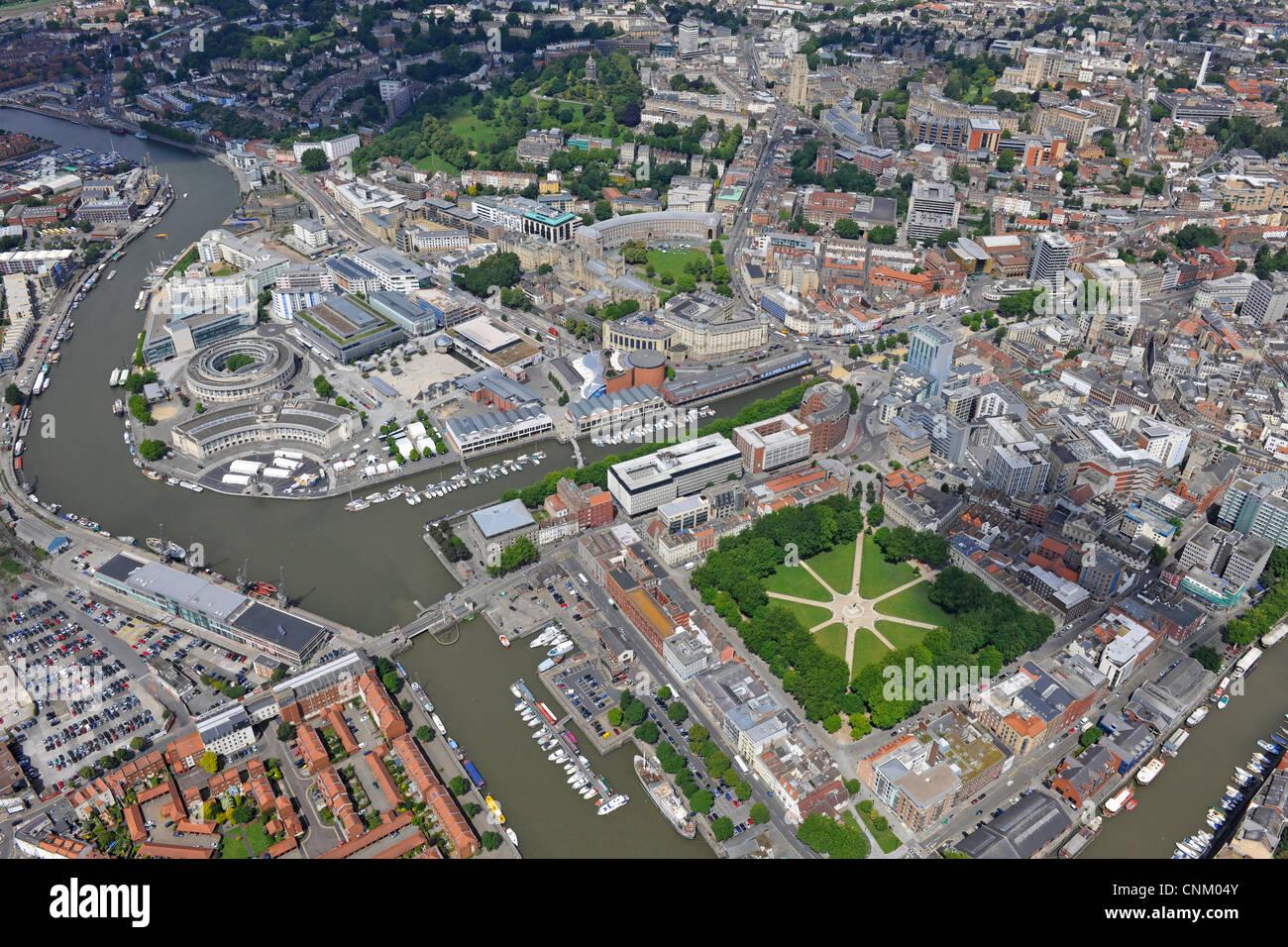 Photographie aérienne montrant le centre-ville de Bristol, Avon, Queen Square et Harbourside Banque D'Images