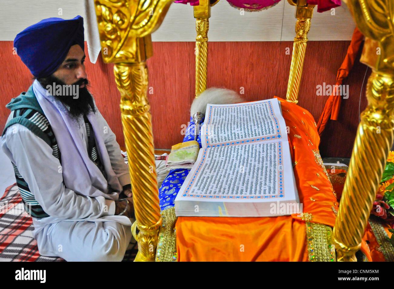 Asie Inde Punjab Amritsar Temple Doré ou Hari Mandir un prêtre lit les textes sacrés Photo Stock