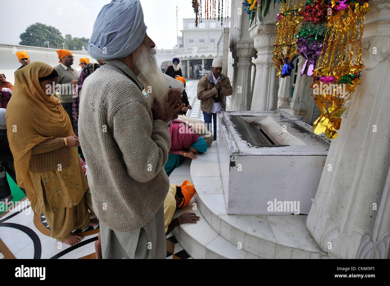 Asie Inde Punjab Amritsar Temple Doré ou Hari Mandir adorateurs prier devant un lieu de culte Photo Stock