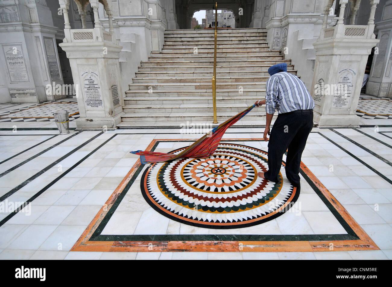 Asie Inde Punjab Amritsar Temple Doré ou Hari Mandir nettoyer les bénévoles en marbre Photo Stock