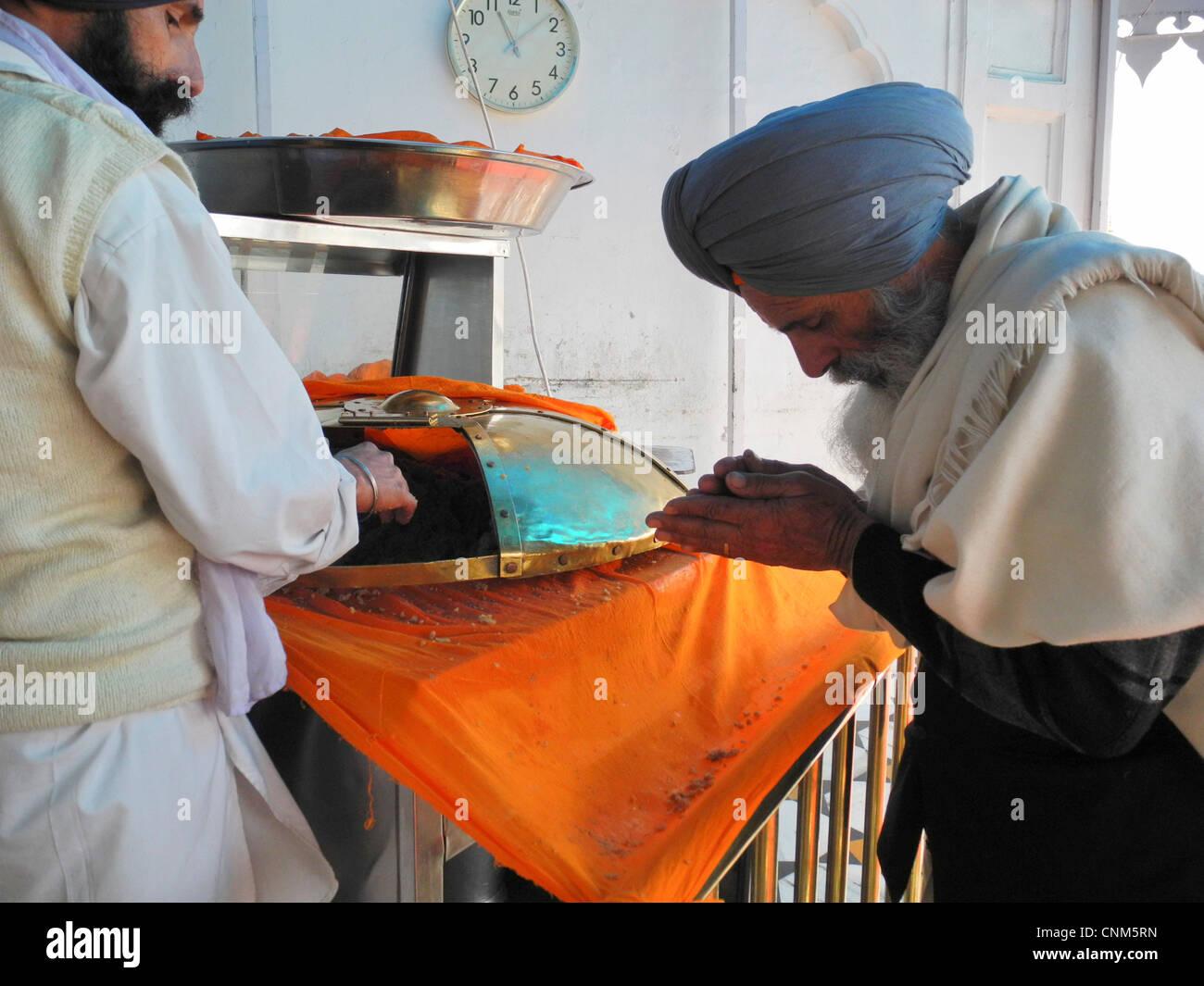 L'Inde Punjab Amritsar Temple Doré ou Hari Mandir à l'intérieur du temple un pèlerin Photo Stock