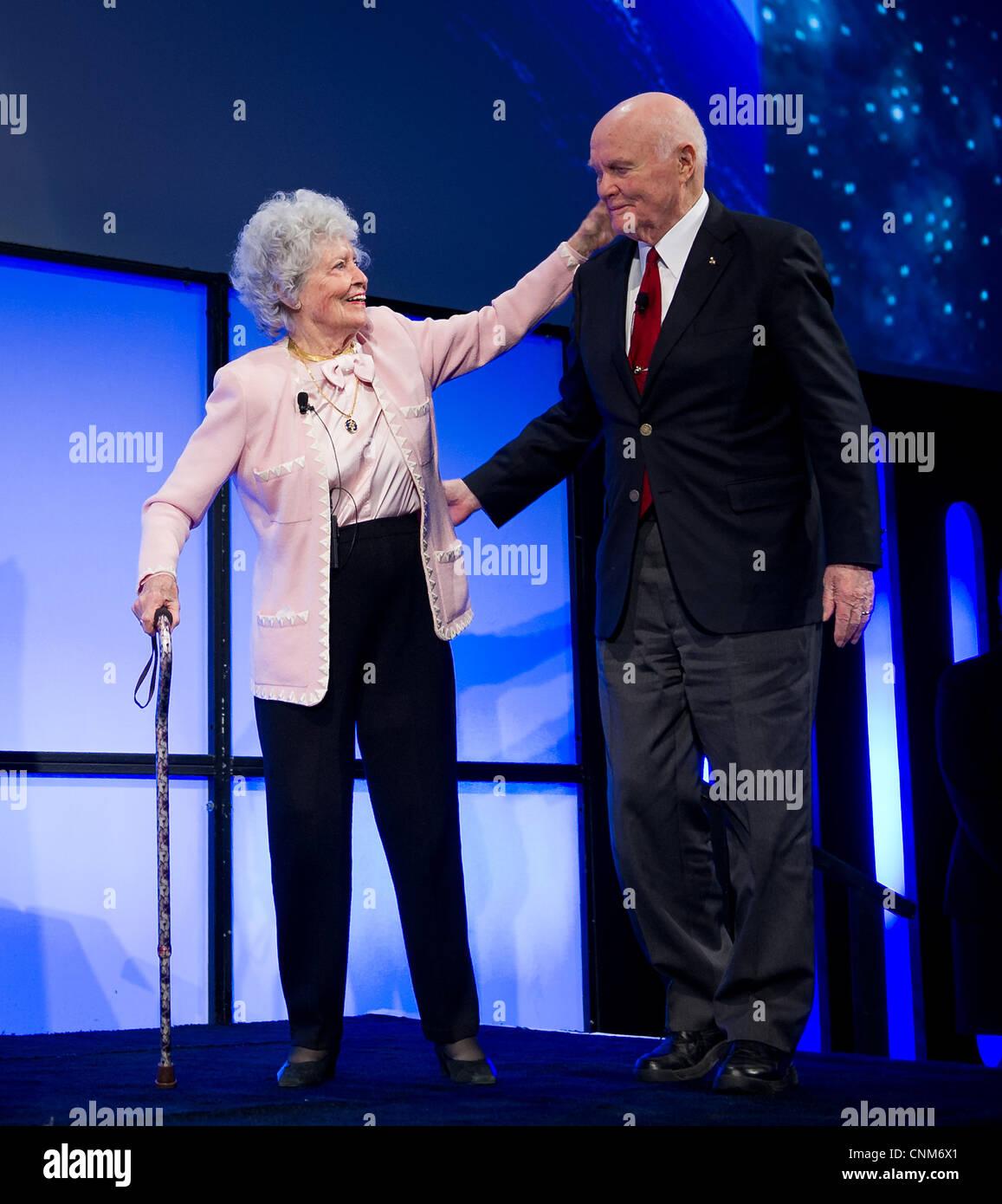 L'ancien sénateur John Glenn et son épouse Annie prendre la scène lors d'une célébration en l'honneur du 50e anniversaire de John Glenn à bord du vol historique de l'Amitié 7 Février 20, 2012 à Columbus, Ohio. Glenn est le premier Américain en orbite autour de la Terre. Banque D'Images