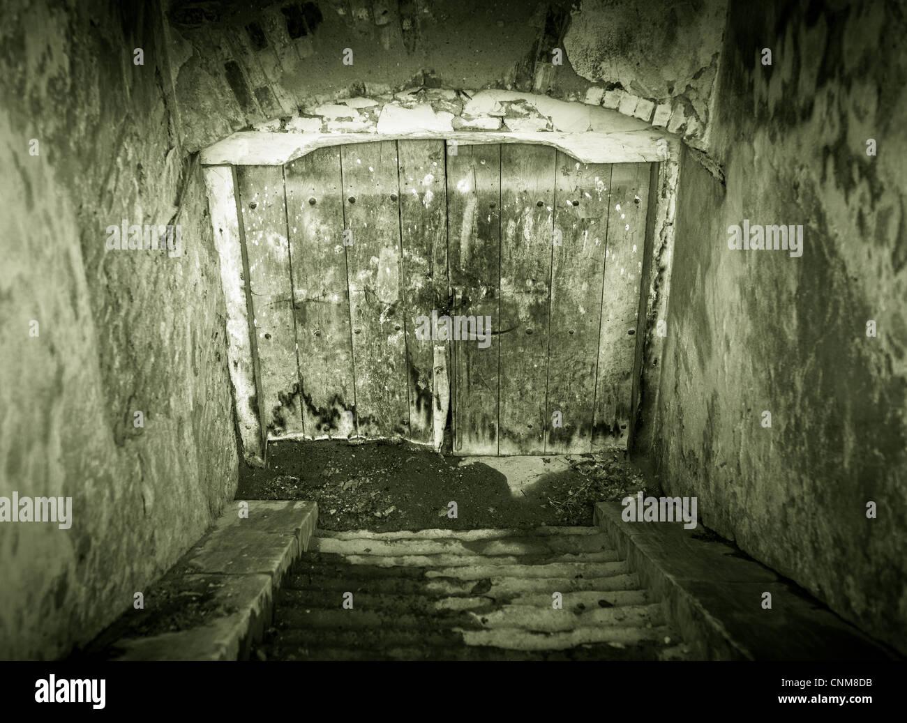 Creepy à la porte du sous-sol grunge avec escalier Photo Stock
