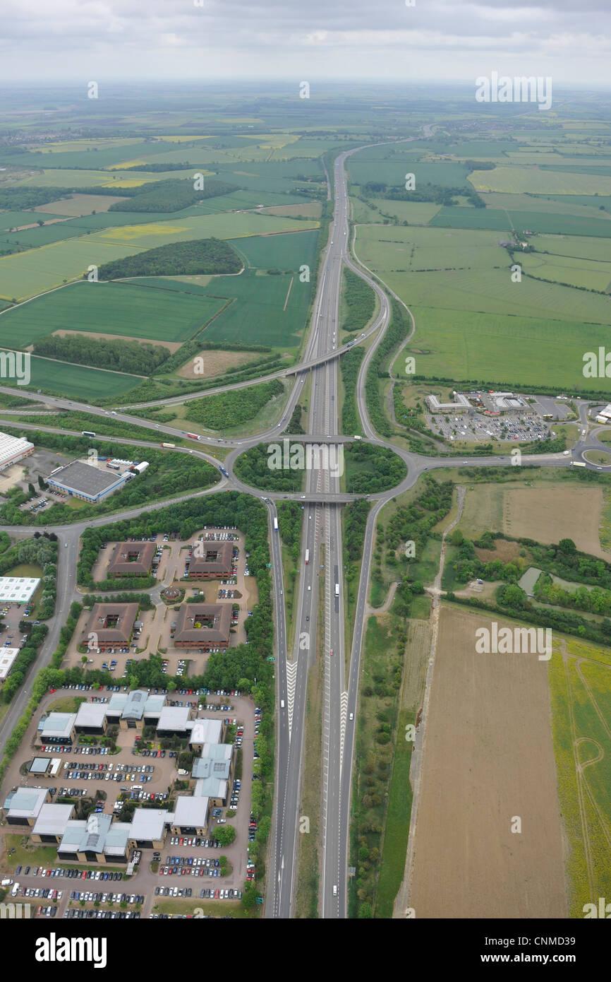 Photo aérienne de l'A1 à Peterborough à l'montrant le rond-point avec l'A605 Photo Stock
