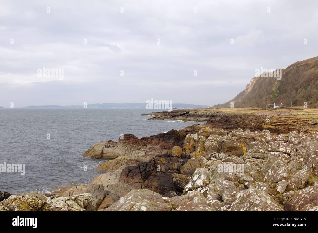 Firth of Clyde à côté du sentier côtier d'Ayrshire à Portencross dans le nord de l'Ayrshire, en Écosse, au Royaume-Uni Banque D'Images