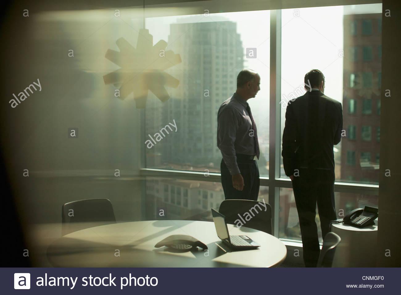 Les hommes d'affaires travaillant ensemble dans office Photo Stock