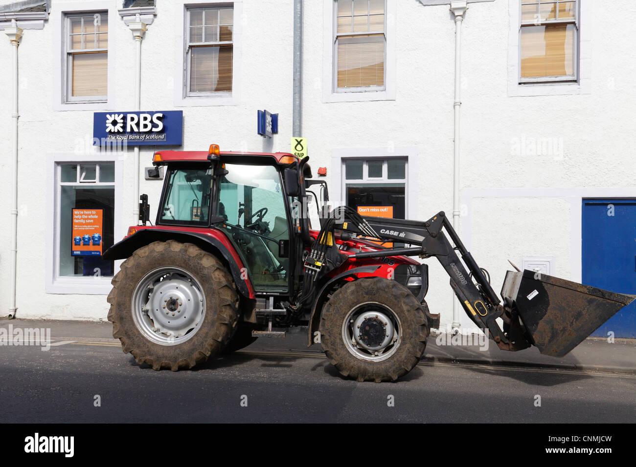 Le tracteur garé à l'extérieur d'une succursale de la Royal Bank of Scotland, UK. Maintenant Photo Stock