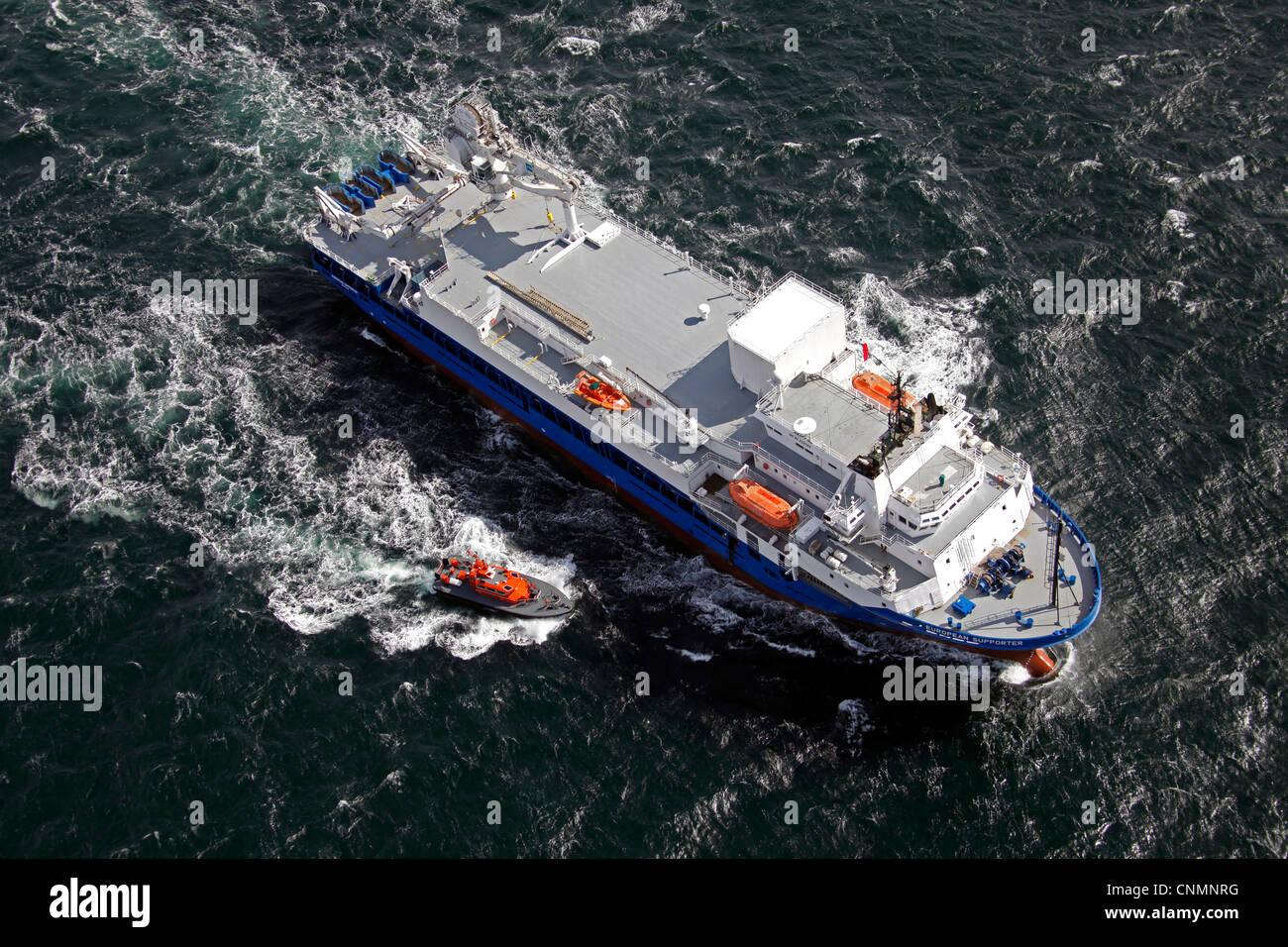 Vue aérienne d'un navire à l'escorte de bateaux-pilotes Photo Stock