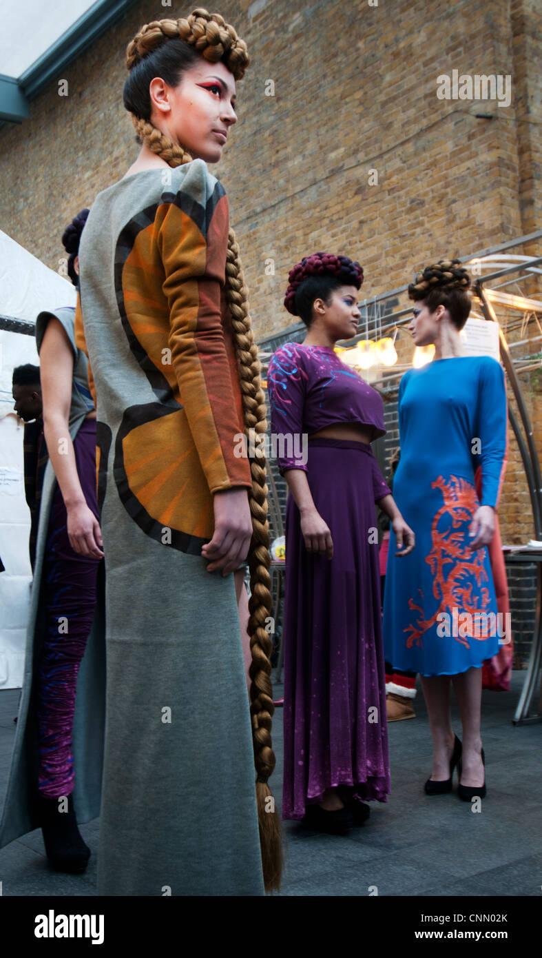 London Fashion Week de rechange modèle espagnol avec une longue perruque tressée par Francisco Sanchez Photo Stock