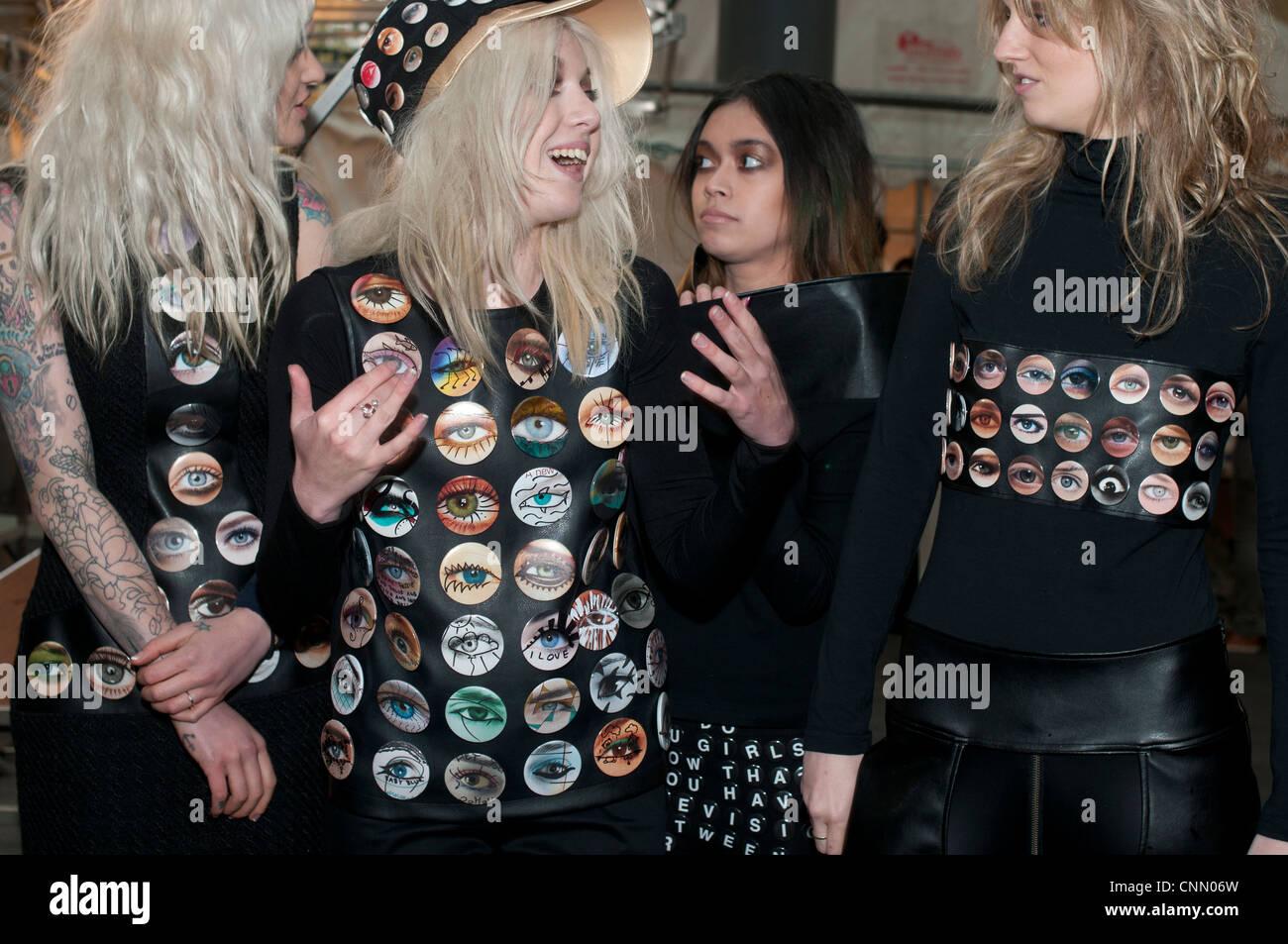 Alternative London Fashion Week 2012 .Les jeunes modèles blonde vêtu de noir avec des yeux plusieurs insignes Photo Stock