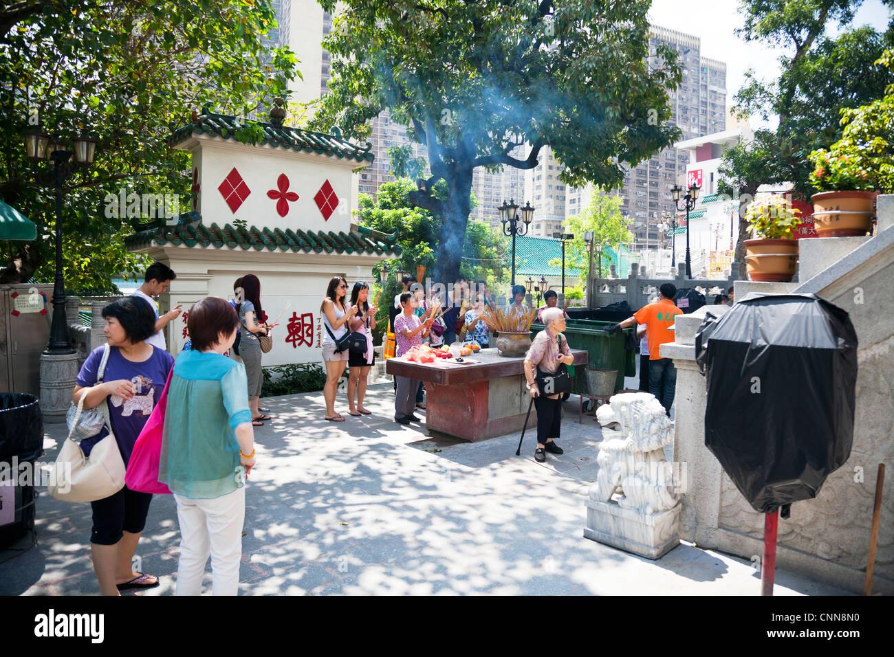 Le Temple de Wong Tai Sin à Kowloon, Hong Kong, Chine, Asie. Également appelé Sik Sik Yuen, peuple chinois priant Banque D'Images