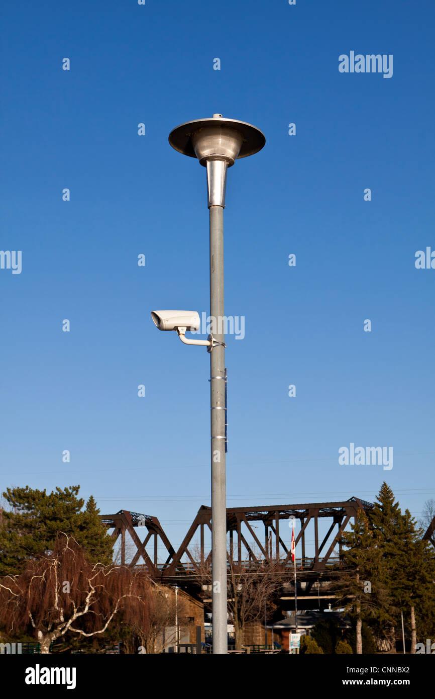 Caméra de surveillance caméra de surveillance,sur un poteau d'éclairage Photo Stock