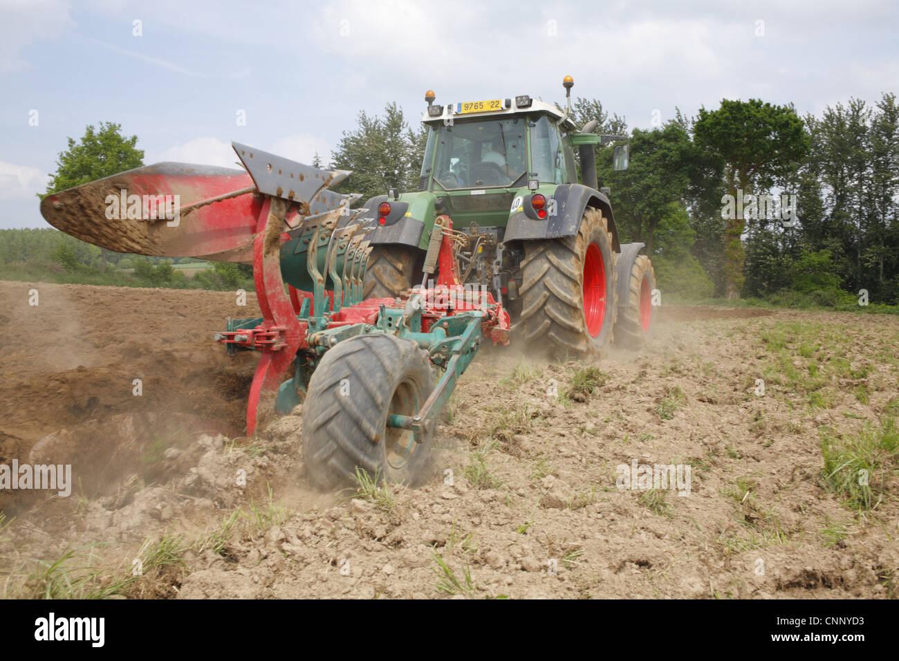 Tracteur Fendt 714 Avec Lentrepreneur Et La Raie De Charrue Kverneland Cinq Le