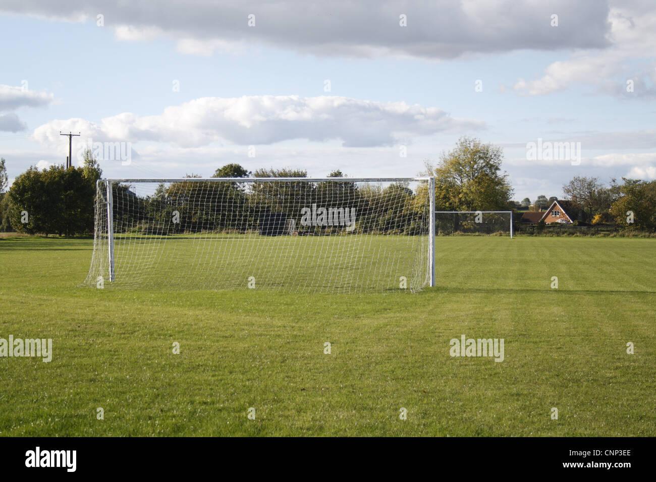 Poteaux de but sur un terrain de football du village, en soir soleil, Bacton, Suffolk, Angleterre, octobre Banque D'Images