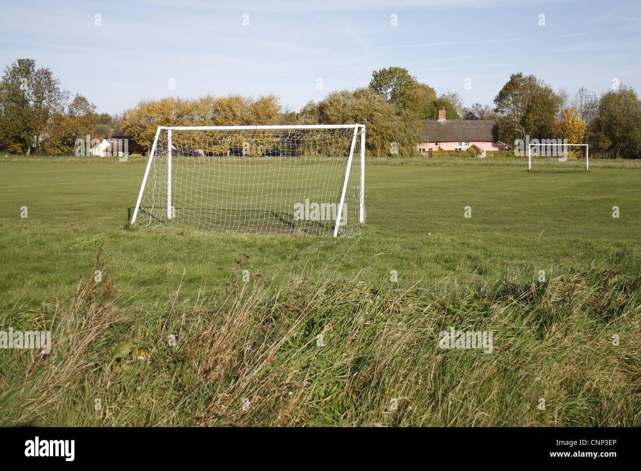 Poteaux de but sur un terrain de football du village, le Carnser, Mellis, Commune Mellis, Suffolk, Angleterre, octobre Banque D'Images
