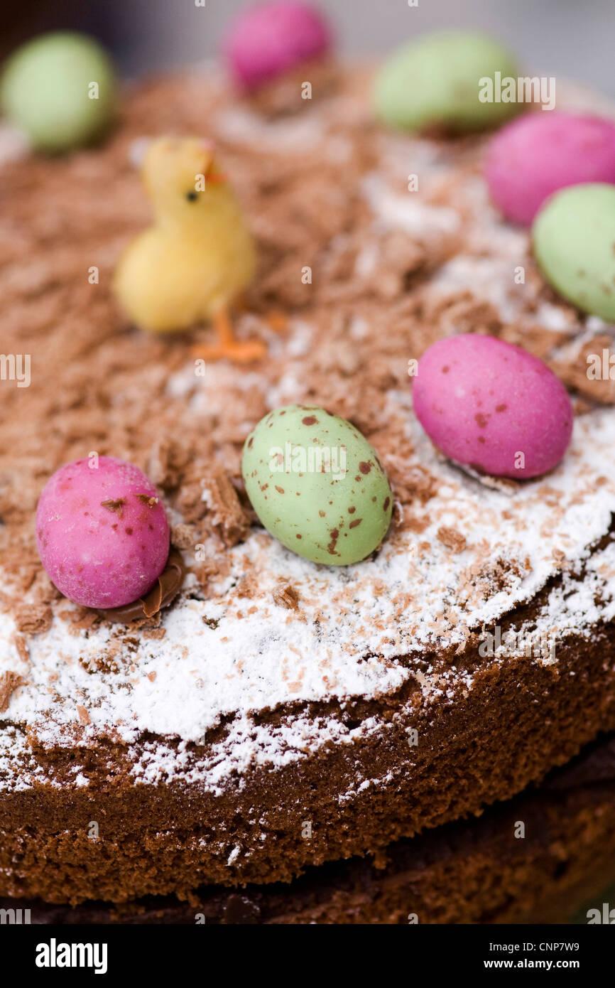 Un gâteau au chocolat décoré avec des oeufs de Pâques mini célébrations. Photo Stock